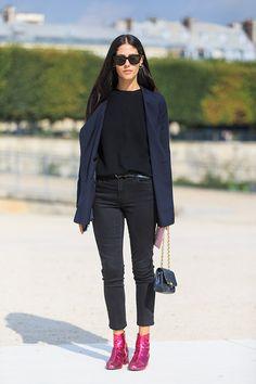 Pièce maîtresse de la garde-robe des gentlemen depuis le XIXème siècle, le blazer est aujourd'hui l'un de nos basiques préférés. Pour la rentrée, c'est sa version bleue qui nous séduit. 'Boring or not boring', la veste navy ?