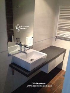 Reforma de baño realizada con mueble de baño suspendido compuesto por encimera…