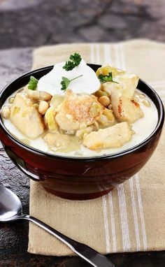 White bean chicken chili recipe. Chicken thighs with beans, vegetables, and spices cooked in the pot. #chicken #healthy #dinner #homemade #yummy Chili Recipes, Ww Recipes, Crockpot Recipes, Soup Recipes, Chicken Recipes, White Bean Chicken Chili, White Chili, Chicken Cutlets, Homemade Soup
