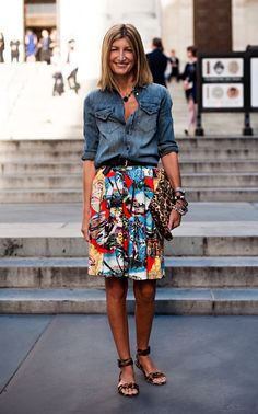 Vanessa Jackman: New York Fashion Week SS Rutson, fashion editor - chambray shirt, Hawaiian print full skirt, leopard clutch and heels Look Casual, Look Chic, Casual Fall, Mode Outfits, Skirt Outfits, Looks Style, Style Me, Funky Style, Look Camisa Jeans