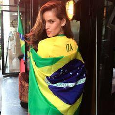 Izabel Goulart posa com bandeira em Paris. - Vai, Brasil!!! Vai, Brasil!!!! Em Paris, pronta para ver o jogo!! Mesmo estando tão longe do meu país, meu coração está lá e estou torcendo!!! #copadomundo #torcida #vaibrasil #empolgada #ouseserbrasileiro #arrisquetudo - comentou Izabel.