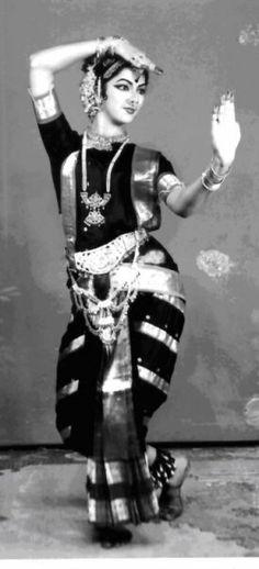 Sadhana Paranji - An Indian Dancer Dance Photography, Beauty Photography, Cultural Dance, Indian Classical Dance, Amazing India, Indian Music, Indian Art Paintings, India Colors, Dance Poses