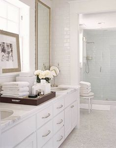Hotel like styling - Tray with folded towels, flowers & accessories, art All White Bathroom, Classic Bathroom, Modern Bathroom, White Bathrooms, Bathroom Marble, Bathroom Cabinets, Timeless Bathroom, Simple Bathroom, Dream Bathrooms