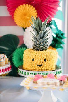 Completa la decoración de tu fiesta temática hawaiana con esta idea. Utiliza fruta y comida para crear una mesa de colores exóticos. #party #hawaiana