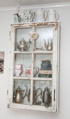 Hvorfor ikke lage et skap av et gammelt vindu? Old Window Decor, Old Window Frames, Rustic Farmhouse Decor, Rustic Decor, Repurposed Furniture, Painted Furniture, Furniture Makeover, Diy Furniture, Rustic Furniture