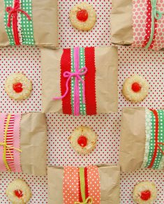 How to wrap cookies for gifting: just ziploc bag, brown paper bag, scrap ribbon or fabric, yarn & tape. Easy instructions, minimal steps, maximum impact! brown paper bags, cookie packaging, wrap gift, wrapping gifts, diy gift, cookie gifts, lunch bags, holiday cooki, christma