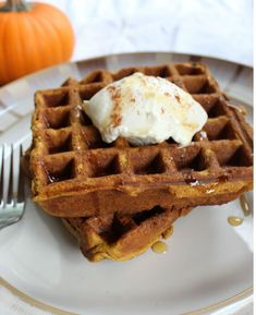 These pumpkin buckwheat waffles remind me of my mom's famous pumpkin pie. Top these with a little maple syrup and a dash of cinnamon and its like your eating dessert for breakfast without the guilt. Power Breakfast, Breakfast Waffles, Pancakes, Breakfast Ideas, Pumpkin Waffles, Pumpkin Pie Spice, Pumpkin Puree, Buckwheat Waffles, Gluten Free Baking