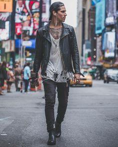 Jaqueta de Couro. Macho Moda - Blog de Moda Masculina: Jaqueta de Couro Masculina, pra Inspirar e Onde Encontrar. Moda Masculina, Moda para Homens, Roupa de Homem, Inverno Masculino, Moda Masculina 2017. Jaqueta de Couro Perfecto, Jaqueta de Couro Biker Jacket. Camiseta Destroyed