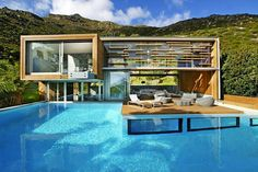 Una piscina con casa en Ciudad del Cabo