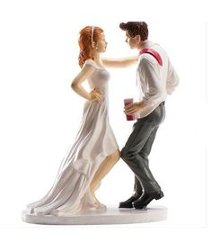 Divertida figura de novios en la que los novios aparecen divirtiéndose mientras bailan al ritmo de la música.