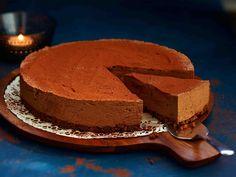 Mehevässä juustokakussa on tummaa suklaata, kahvia ja tuorejuustoa. Anna hyytyä yön yli ja nauti kahvin kera.