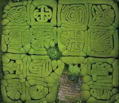 Pazo a pazo,macizos de boj que forman dibujos como una concha de vieira. San Lorenzo de trasouto, Santiago de Compostela, España.