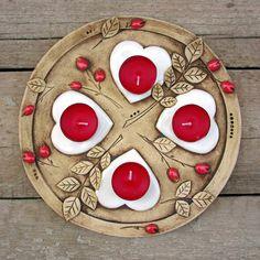 Adventní svícen šípkový Ceramic Wall Art, Ceramic Plates, Ceramic Pottery, Pottery Handbuilding, Diy And Crafts, Arts And Crafts, Clay Art, Christmas Decorations, Porcelain