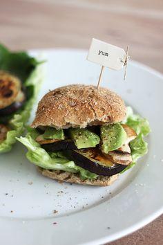 Burger mit Avocado, Champignons und Aubergine/Melanzani