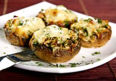 Skip the crust and make a portabella pizza with a mushroom as the base, filled with your favorite veggies and protein. Read on to learn how to make this scrumptious meal or snack. Stuffed Portabello Mushrooms, Baked Mushrooms, How To Cook Mushrooms, Stuffed Mushroom Caps, Portabella Pizza, Pizza Champignon, Kids Meals, Easy Meals, Appetizer Recipes