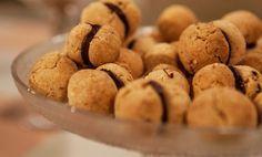 I baci di dama sono i biscotti tipici della tradizione piemontese apprezzati in tutta l'Italia. Tra due friabili biscotti al burro, uno strato di cioccolato che rende ancora più golosa la dolce frolla alle nocciole. Un biscottino perfetto per l'ora del tè, ma anche da affiancare al caffè per una dolce pausa!  Preparazione Mettete nella planetaria il … Continued