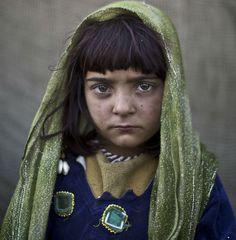 15 retratos sobrecogedores de niños afganos refugiados en Pakistán (FOTOS)