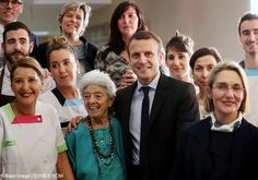 En Marche's Emmanuel Macron attends a library in Bordeaux (320181)