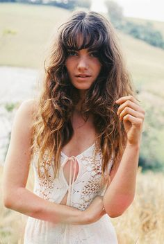 I love these natural waves, the easy bangs, the lovely white lace and of course, that Mona Lisa smile. So good!