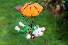 Fallschirmsprung mit Lilofee, gefilztes Schwein von Frau Brunsels Filz auf DaWanda.com
