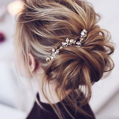 Beautiful messy bridal hair updos,wedding hairstyle updos,messy wedding hair down messy wedding updo tutorial, messy wedding hair updos, messy updo wedding Messy Bridal Hair, Messy Wedding Updo, Wedding Hair Down, Wedding Hair And Makeup, Messy Updo, Hairstyle Wedding, Bridal Updo, Messy Bun Medium Hair, Hair Updos For Medium Hair