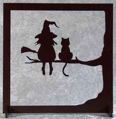 La sorcière et son chat - tableau silhouette en bois découpé A happy cut wood picture of the witch and her cat. Frame silhouette with a witch and a cat on a branch. Painted brown acrylic paint with wa Retro Halloween, Casa Halloween, Theme Halloween, Diy Halloween Decorations, Holidays Halloween, Halloween Crafts, Happy Halloween, Manualidades Halloween, Adornos Halloween