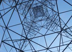 Ein Strommast von unten