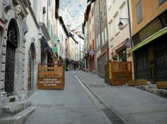 Briançon: Ville haute (citadelle Vauban, cité Vauban) : Grande Rue (Grande Gargouille) avec sa rigole centrale, ses maisons et ses commerces - France-Voyage.com