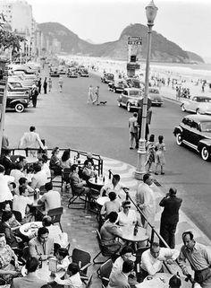 Avenida Atlântica, na altura da Praça do Lido  Genevieve Naylor 1940 - 1942 O Globo