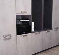 Designküche Betonoptik mit Edelstahlgriffen
