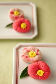 Japanese sweets that look like camelias. Japanese Sweets, Japanese Wagashi, Japanese Cake, Japanese Food, Chocolates, Tea Ceremony, Edible Art, Cute Food, Confectionery