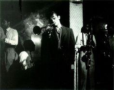 """Dice Dyer que las fotografías de jazz están llenas de sonidos. Como este retrato de Carol Rieff de Chet Baker vaciándose a través de su trompeta en el mítico Birland, donde Dyer escucha también el tintineo de los vasos del público. Chet Baker- el 'Shelley del bebop', el """"arquetipo del músico de jazz maldito""""-, protagoniza uno de los relatos, convertido en un hombre sin reflejo, un vampiro emocional, un yonqui con su hermoso rostro derrumbado."""