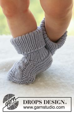 Knitted socks with cables for baby and children in DROPS Merino Extra Fine Baby Knitting Patterns, Baby Booties Knitting Pattern, Knitting Stitches, Knitting Socks, Free Knitting, Drops Design, Style Converse, Baby Chucks, Drops Baby