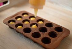 La chica de la casa de caramelo: Bombones rellenos de lemon curd casero Ice Tray, Ice Cube Trays, Silicone Molds, Sweet Life, Candy Recipes, Flan, Probar, Candies, Bonbon