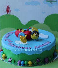 buzzy bee cake Birthday Cakes, Birthday Ideas, Birthday Gifts, Cupcake Ideas, Cupcake Cakes, Bee Toys, Buzzy Bee, Bee Cakes, Bee Party