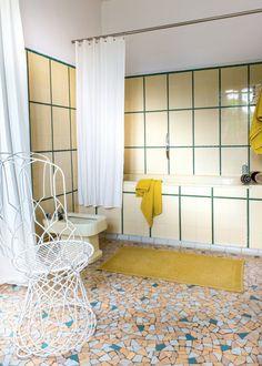 Une salle bain rétro jaune. Source : houzz.fr