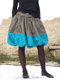 hedvábná+balonová+sukně+Balonová+bohatě+řasená+sukně,+khaki+látka+má+mírný+lesk+(bavlna,+len),+spodní+tyrkysová+látka+je+hedvábí,+oranž+páska+je+jutová,+v+pase+poutka+na+pásek,+pasovka+je+z+pružného+petrolejového+úpletu,+spodnička+je+bavlněná+látka,+v+bocích+švové+kapsy.+Látky+jsou+nádherně+barevné,+sukýnka+je+nepřehlédnutelná,+vhodná+na+den+i+na+večer.