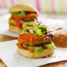 Hampurilaispihvin ei aina tarvitse olla tehty naudan jauhelihasta. Pihvin voi myös tehdä kalasta, possusta, tai kuten tässä ohjeessa, broilerista. Tee myös tomaattikastike itse. Salmon Burgers, Ethnic Recipes