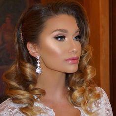 Pin by Elena Focan on Coafuri Wedding Makeup Artist, Wedding Hair And Makeup, Bridal Makeup, Bridal Hair, Beauty Makeup, Hair Makeup, Hair Beauty, Medium Hair Styles, Curly Hair Styles