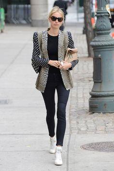 ¿NADA QUE PONERTE? Un blazer mágico y osado que transforma por completo un total look negro. Una idea sencilla pero eficaz a más no poder de Karolina Kurkova.