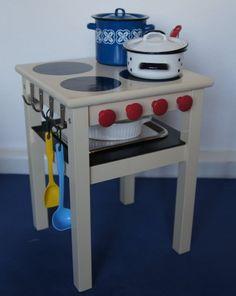 Dein Kind wird diese DIY Mini-Küche lieben! Alles, was du sonst noch brauchst, sind Haken, Knäufe, ein Brett, Holzkleber, Farbe, kleine (Spielzeug-)Töpfe, Kochlöffel, ein Mini-Backblech und eine kleine Auflaufform. Hier siehst du, wie es geht.