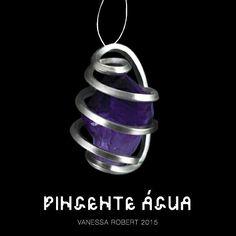 O pingente Água da linha Elementares é representando por uma gema bruta de ametista, pedra que, além de ser boa para meditação, reduz os stresses físico, emocional e psicológico. Vem ver de perto esta e outras joias cósmicas de Vanessa Robert.