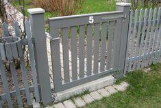 Det är viktigt att välja rätt grind till staketet. Vi säljer och monterar en mängd olika villagrindar: i smide, trä, profil eller nät -alla till bra priser.