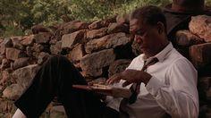 The Shawshank Redemption (Frank Darabont, 1994) : Hasta hoy no tengo idea de qué estaban cantando esas italianas. La verdad ni quiero saberlo. Hay cosas que es mejor no saber. Prefiero pensar que era algo tan hermoso que no puede expresarse en palabras y te hace sufrir por eso mismo. (...). Era como un hermoso pájaro aleteando en nuestra jaula que hizo derretir esos muros. Y por un brevísimo momento todos en la prisión se sintieron libres.