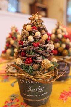 ▲▽クリスマス・miniツリーアレンジメント▽▲シェラコーンをツリーモチーフにしたtoricoオリジナルアレンジメントです。花材は、アーティフィシャルフラワー...|ハンドメイド、手作り、手仕事品の通販・販売・購入ならCreema。 Christmas Flower Decorations, Christmas Arrangements, Christmas Flowers, Pine Christmas Tree, Christmas Ornaments To Make, Christmas Crafts, Xmas, 242, Pine Cone Crafts