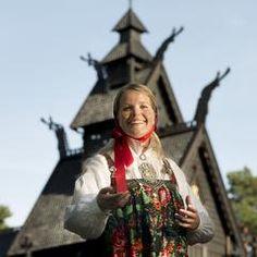 Norske Folkemuseum Stavkirke fra Gol i Hallingdal datert ca. år 1200. Tunvert i bunad fra Hallingdal.