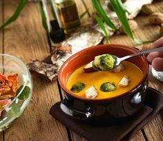 stuttgartcooking: Kürbis-Creme-Suppe mit Birne, Rosenkohl, gebratenen Brezelwürfeln, Speck, Kürbiskernen und Kürbiskernöl