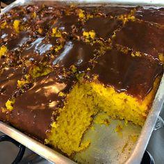 Como fazer bolo de cenoura grande com um calda de chocolate bem simples de fazer. A receita do bolo de cenoura grande é super fácil de ser feita. Cake Boss, Cornbread, Coco, French Toast, Food And Drink, Low Carb, Pudding, Sugar, Banana