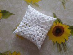 bomboniere all'uncinetto schemi gratis Crochet Box, Crochet Flower Tutorial, Crochet Granny, Filet Crochet, Crochet Flowers, Knit Crochet, Button Crafts, Heart Patterns, Dollhouse Miniatures