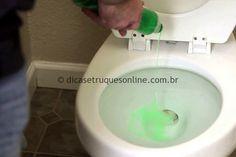 """Ele derrama detergente em um vaso sanitário, mas não é para limpar! Você vai conhecer um pequeno truque, que pode ser muito útil para você, pois, nunca se sabe quando isso pode servir. No vídeo abaixo, um Homem demonstra """"como… Continue Reading →"""
